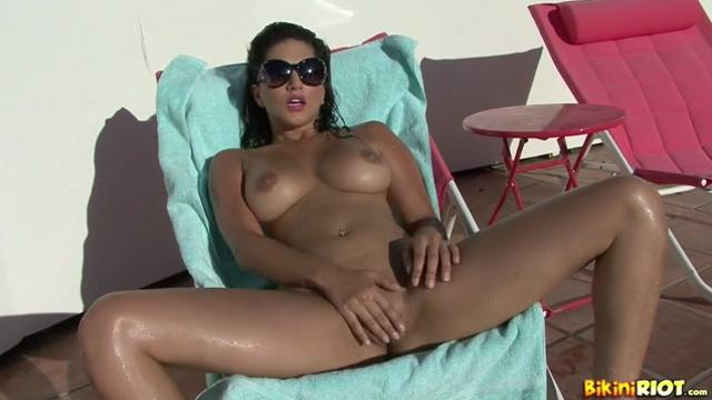 Sunny leone bikini masturbation video
