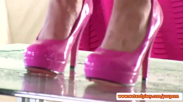 Solo piss fetish babe pees in her highheels|11 мин.
