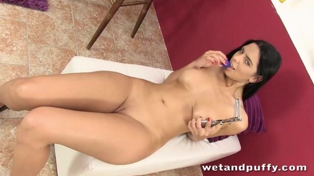 big boobed brunette stretches her pussy wide open|10 мин.